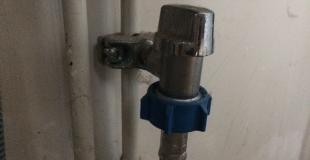 Comment poser un robinet autoperceur ?